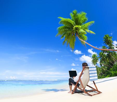 vacaciones playa: Businesman trabaja en la playa