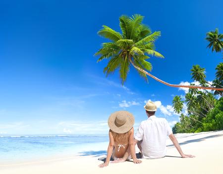 Amor pareja sentada en la playa Foto de archivo - 28911981