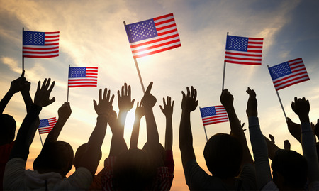 democracia: Siluetas de personas que tienen la bandera de EE.UU.