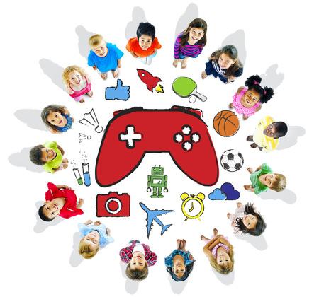 niños jugando videojuegos: Grupo multiétnico de niños jugando juegos de video