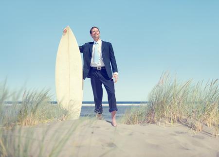 surfeur: Homme d'affaires avec planche de surf permanent par la plage Banque d'images