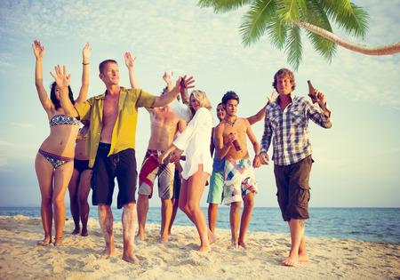 Groep toevallige mensen feesten op een Strand