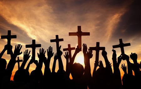 familia en la iglesia: Grupo de personas de la Cruz y orar en Contraluz