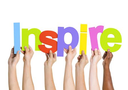 inspiracion: Grupo multi�tnico de personas que sostienen la Palabra Inspire