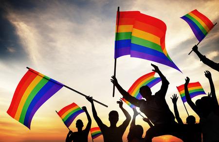 lesbianas: Grupo de personas Holding Banderas del arco iris