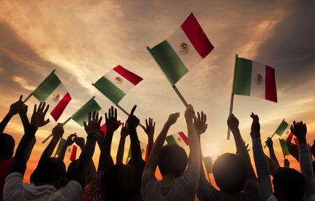 Groupe de personnes détenant Drapeaux nationaux du Mexique Banque d'images - 29500595
