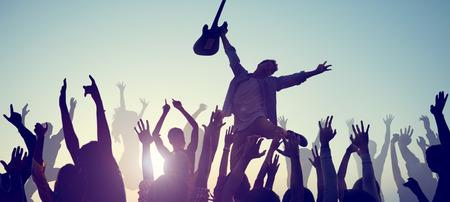 personas festejando: Grupo de gente disfrutando de música en vivo
