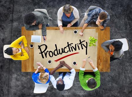 Mensen in een vergadering en Engels woord Productiviteit