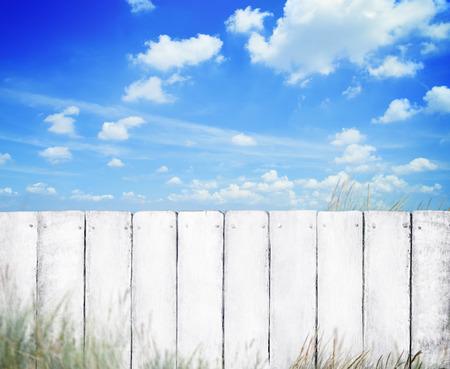 cerca blanca: Cerca blanca con el cielo azul