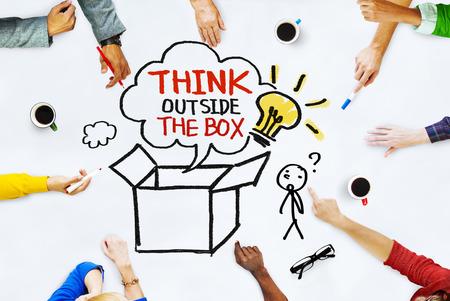 ボックスの概念の外で考えるとホワイト ボード上の手 写真素材