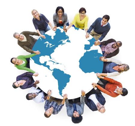 多民族の多様な世界の人々 が手をつなぐ