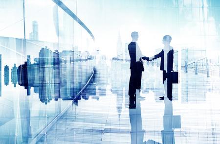 握手を持つ 2 つのビジネス人々 の Silhouttes