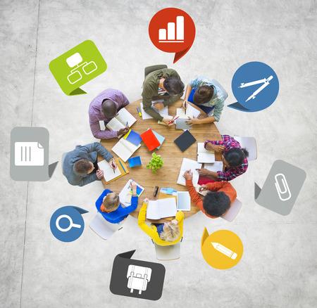 personas trabajando: El grupo de personas diverso que trabaja en un equipo
