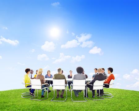 Groep multi-etnische mensen buiten in een vergadering