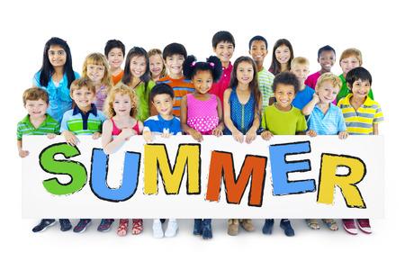 sommerferien: Gro�e Gruppe von Menschen Holding-Vorstand