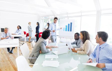 Groep van multi-etnische Corporate mensen die een zakelijke bijeenkomst