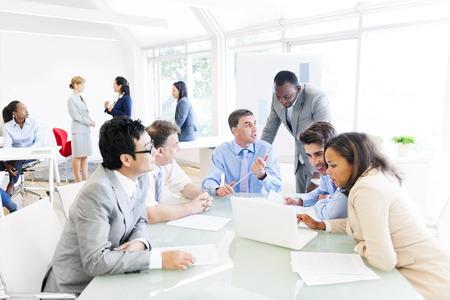 会議を持つ多民族ビジネス人々 のグループ