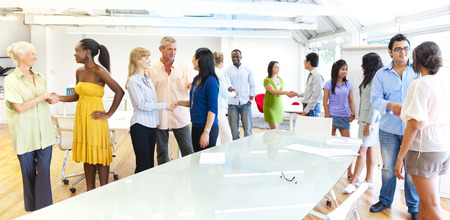 personas saludandose: Grupo de hombres de negocios del encuentro