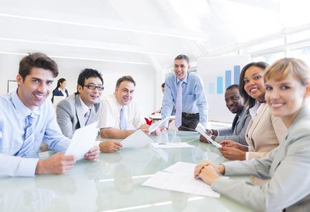 ビジネス会議を持つ多民族陽気なビジネス人々 のグループ