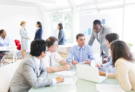 Groep van multi-etnische mensen uit het bedrijfsleven met een vergadering