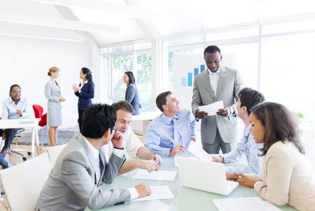 ビジネス会議を持つ多民族ビジネス人々 のグループ