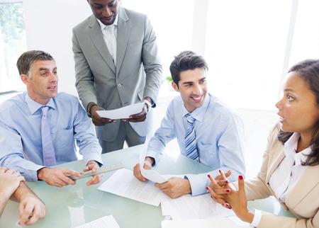 비즈니스 대화를 회사 사람들의 그룹 스톡 콘텐츠 - 29730632