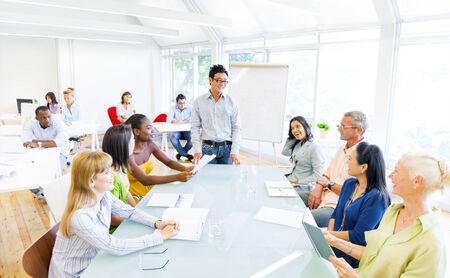 Gruppe von Geschäftsleuten mit einer Sitzung in ihrem Büro Standard-Bild - 29730675