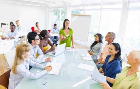 Jonge zakenvrouw presenteren aan haar collega's Stockfoto