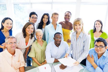 empleado de oficina: Grupo de compa�eros de negocios diversos que disfruta de �xito