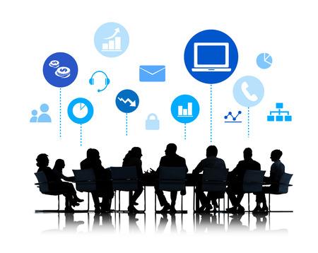 インフォ グラフィックとのビジネス会議のシルエット
