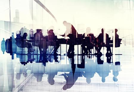 通訊: 商界人士的剪影在會議抽象的形象