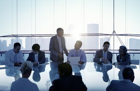 会議と一緒に働くビジネス人々