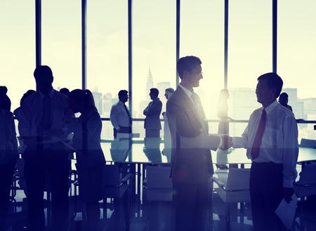 företag: Grupp människor skakar hand Stugans New Yorks skyline. Stockfoto