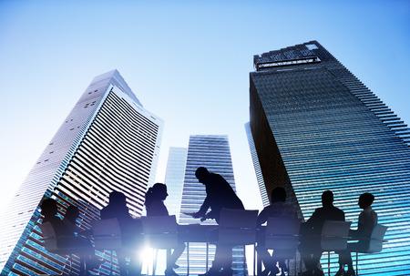 liderazgo empresarial: Siluetas de hombres de negocios Reunión Aire libre