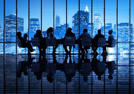 communicatie: Groep van Business People Vergadering in de Stad