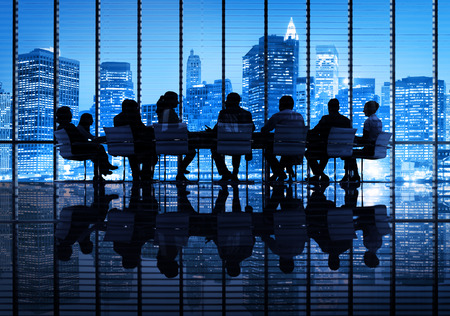 Grupa ludzi biznesu spotkanie w mieście