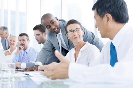 preguntando: Grupo de hombres de negocios del encuentro