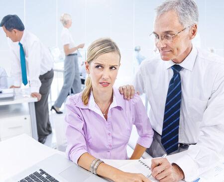 sexuel: Business Man Subtilement Harrasing sexuelle La femme d'affaires. Banque d'images