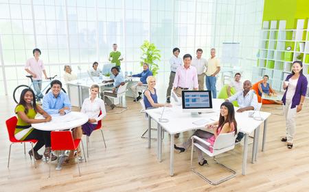 사무실에서 비즈니스 사람들의 그룹