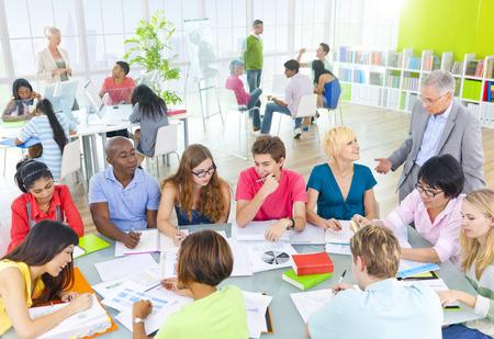 教室で学生のグループ