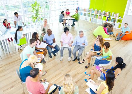 Groupe de l'étudiant dans la salle de classe