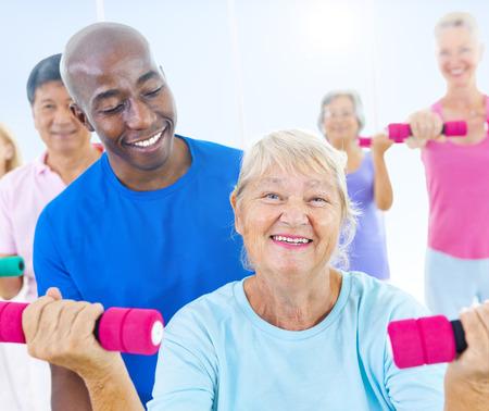 actividad fisica: Grupo de personas sanas en el gimnasio