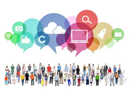 ソーシャル メディアのシンボルと多民族の人々 の大きいグループ