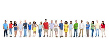 Multi-etnische groep van gelukkige mensen bij elkaar staan.