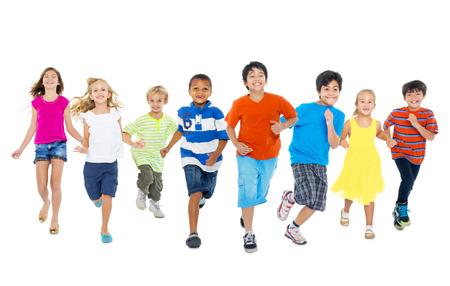 Dzieci: Dzieci są uruchomione i grają razem Zdjęcie Seryjne