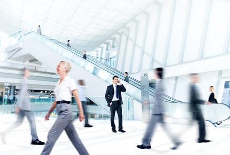 personas caminando: El hombre de negocios est� hablando por el tel�fono