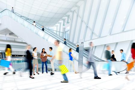 Motion niewyraźne ludzi w centrum handlowym