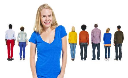 personas de espalda: Vista de atr�s del pueblo multi�tnico y una mujer alegre
