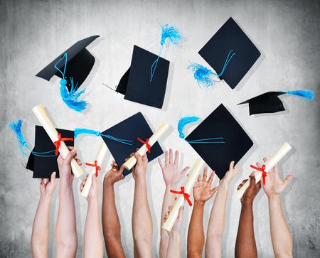 birrete de graduacion: Manos disparos de personas que celebra su graduaci�n. Foto de archivo