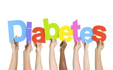 Multietnisk grupp av olika människor Holding Brev som bildar Diabetes